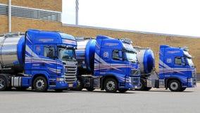 Flota de camiones de petrolero azules en una yarda Imagen de archivo libre de regalías