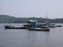 Flota de la pesca artesanal volviendo al puerto después de los day's que pescan, en Goa, la India foto de archivo