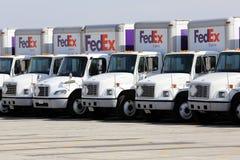 Flota de los camiones de reparto de Fedex en un estacionamiento fotografía de archivo libre de regalías