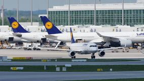 Flota de Lufthansa en el aeropuerto de Munich, MUC almacen de video
