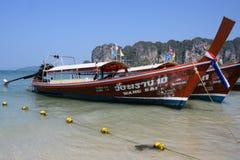Flota de Wang Sai Longtail en la playa de Krabi imagenes de archivo
