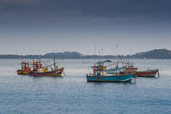 Flota pesquera cansada que vuelve Foto de archivo libre de regalías