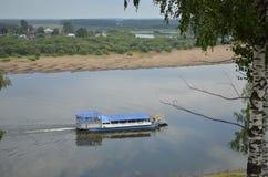 Flotación abajo del barco de río Imagen de archivo