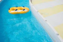 Flotación amarilla del anillo de goma Fotografía de archivo