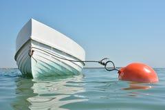 Flotación anclada barco Fotos de archivo libres de regalías