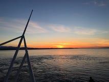 Flotación apagado en la puesta del sol fotografía de archivo