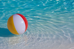 Flotación colorida inflable de la bola Imagenes de archivo