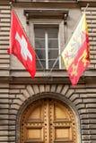 Flotación de la bandera del suizo y de Ginebra Fotos de archivo