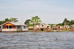 Flotación del Amazonas y casa típica del zanco Imagen de archivo