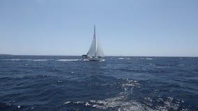 Flotación del barco de vela almacen de video