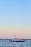 Flotación en el transbordador del mar en la puesta del sol Fotos de archivo libres de regalías