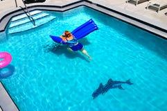 Flotación en la piscina Imagenes de archivo