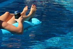 Flotación en piscina Foto de archivo libre de regalías