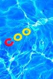 Flotación FRESCA de la palabra en una piscina Foto de archivo