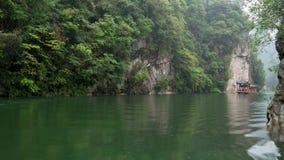 Flotaci?n a lo largo del r?o con la selva tropical cubierta monta?as esc?nicas de Zhangjiajie de las opiniones metrajes