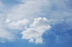 Flotación nublada en el cielo brillante en día de la sol foto de archivo libre de regalías