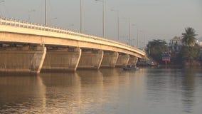 Flotación vietnamita de dos botes pequeños debajo del puente almacen de video