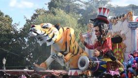 Flotador alegórico que representa diversos caracteres del circo almacen de video