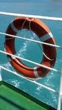 Flotador anaranjado en las verjas del barco de cruceros Foto de archivo libre de regalías