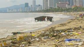 Flotador arruinado de los restos de la casa por la orilla de mar después del tifón