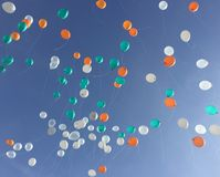 Flotador colorido del globo hasta el cielo azul fotografía de archivo