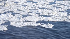 Flotador de la nieve en la superficie del río almacen de metraje de vídeo
