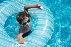 Flotador de la piscina del niño Imagenes de archivo