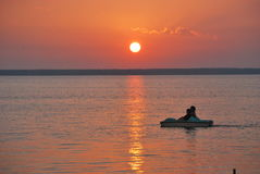 Flotador de la puesta del sol Foto de archivo libre de regalías