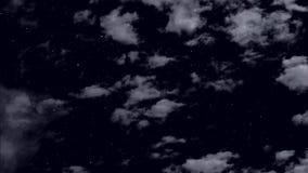 Flotador de las nubes en el cielo estrellado de la noche metrajes