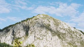 Flotador de las nubes sobre el lapso de tiempo de la roca