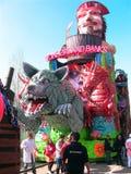 Flotador de los bancos del país de las maravillas del carnaval del Cento foto de archivo libre de regalías