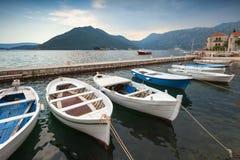Flotador de los barcos de pesca amarrado en la bahía de Kotor fotografía de archivo libre de regalías