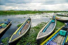 flotador de los barcos de la Largo-cola en el lago Inle en Myanmar Birmania imagen de archivo