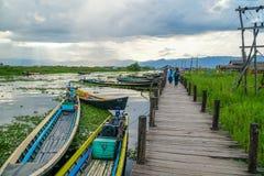 flotador de los barcos de la Largo-cola en el lago Inle en Myanmar Birmania foto de archivo