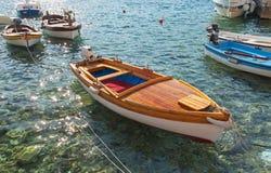 Flotador de madera de los barcos de pesca en el mar adriático Imágenes de archivo libres de regalías