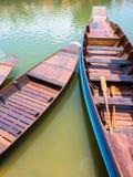 Flotador de madera del barco en el lago foto de archivo