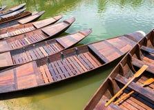 Flotador de madera del barco en el lago imagenes de archivo