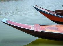 Flotador de madera del barco en el lago foto de archivo libre de regalías