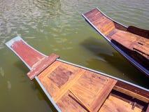 Flotador de madera del barco en el lago imagen de archivo