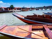 Flotador de madera del barco en el lago fotografía de archivo libre de regalías
