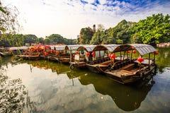 flotador de pocos barcos en el lago Fotografía de archivo