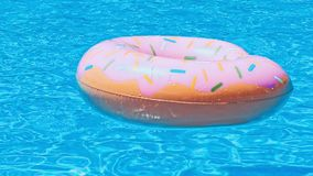 Flotador del anillo en piscina azul almacen de metraje de vídeo