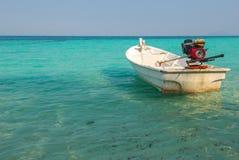 Flotador del barco de motor en el mar de la turquesa foto de archivo