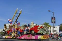 Flotador del estilo del cuerpo de bomberos en Rose Parade famosa Foto de archivo libre de regalías