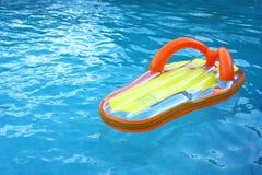 Flotador en piscina fotos de archivo libres de regalías