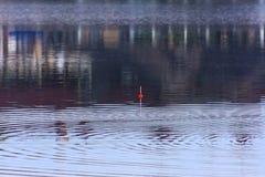 Flotador para pescar en el agua Retén de pescados fotos de archivo