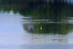 Flotador para pescar en el agua Retén de pescados foto de archivo