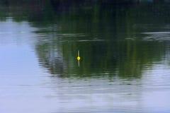 Flotador para pescar en el agua Retén de pescados fotos de archivo libres de regalías