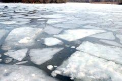 Flotador quebrado de las masas de hielo flotante de hielo en el río Imagen de archivo
