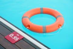 Flotador rojo del anillo de la piscina del salvavidas foto de archivo libre de regalías